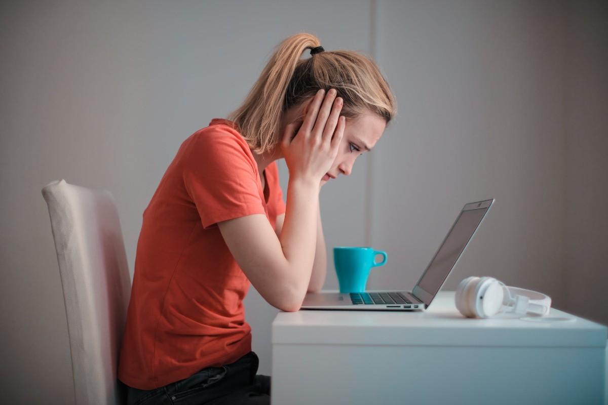 donna preoccupata perdite bianche prima del ciclo